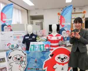 「信ちゃん」が纏(まと)うラグビー日本代表ユニフォームは、同店勤務の斎藤淳子さんの手作り。フェルトなどを使い、わずか数時間で完成できたという