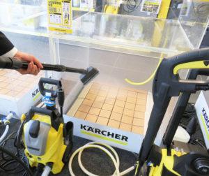 床掃除にもパワーを発揮する家庭用高圧洗浄機のシリーズ。床の清掃でデッキクリーナー(ブラシ)を使うと、水の跳ね返りを防ぐことができる