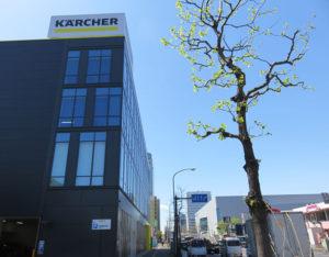 ケルヒャーセンター横浜は、新横浜駅から徒歩約10分、菊名駅から約13分。横浜アリーナや太尾新道交差点すぐ、環状2号線沿いのジョナサン新横浜駅前店向かいにある