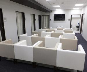 同院の中央部にある広めの待合スペース。ここを中心に、ワンフロアに全ての検査室や診察室が配されているので、移動距離も短く受診しやすい構造となっている