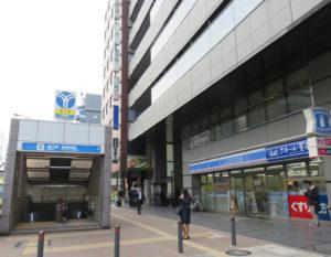 新横浜メディカルサテライトは、新横浜駅前の宮内新横浜線沿い、地下鉄ブルーライン新横浜駅の8番出口の上、JR新横浜駅北口より徒歩6分の金子第一ビル4階にある。ローソンクオール薬局港北新横浜二丁目店(右)と、HUB新横浜店(中央付近)の間にビルの入口がある