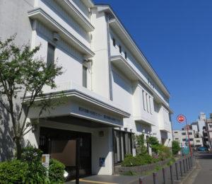 城郷小机地域ケアプラザはJR横浜線小机駅西口から徒歩1分、鉄道の線路沿いにある