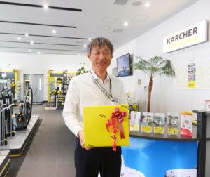 今年(2019年)2月に、新たに「ケルヒャーセンター横浜」のリーダーに就任した上野勝伸さん。「母の日応援キャンペーンにぜひお越しください」と、ケルヒャー仕様にラッピングした製品を手に
