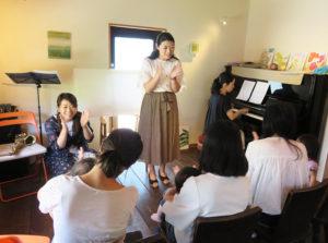 街カフェ大倉山ミエルに定期開催の会場を移転した「おやこ響室(きょうしつ)」5月23日開催のようす。音楽大学を卒業するなど音楽を極めた演奏家との近い距離感が魅力
