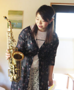 先月(5月)23日開催の「おやこ響室」では、アルトサックスが登場。子どもたちも至近距離で見る珍しい楽器に夢中に