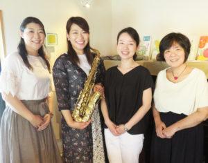 ハッピーマザーミュージックでは、出演を希望する演奏家や保育士を募集している。「ぜひ、子どもたちと一緒に音楽を楽しみましょう」と、同NPO代表の鈴木美美子さん(最右)