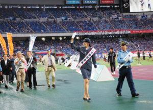 港北警察署の小島伸治署長にナビゲートされ、一日警察署長で元全日本バレーボール選手の杉山祥子(さちこ)さんがピッチに登場