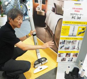 業界初の「水供給・回収システム」を搭載、自動回転するローラーで一気に床掃除ができるという