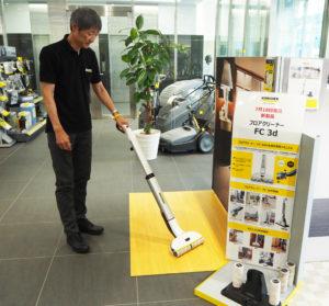 スティック型の形状。立ったままの姿勢で、「楽に拭き掃除ができます」と上野さん。ローラーが自動回転し、一気に床掃除ができるという
