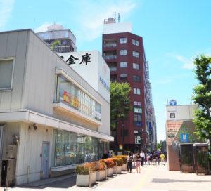 城南信用金庫 新横浜支店は、新横浜駅前の円形歩道橋近く、新横浜2丁目のセントラルアベニュー(宮内新横浜線)沿いにある
