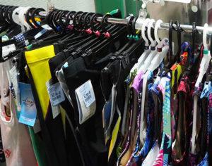 館内入口の売店、また日産ウォーターパーク内(有料エリア)でも水着などの水泳に必要な一式を販売している(写真はイメージ)