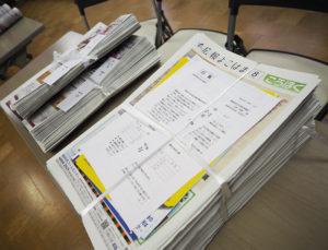 完成した「広報の束」は、翌日開催されるという組長会で各組の代表(担当者)に手渡され、各家庭や事業所に配布される