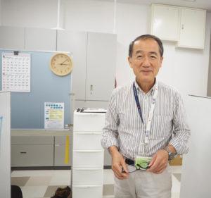 アピタテラス横浜綱島店内にオープンした、横浜市内で第2番目となる「港北区生きがい就労支援スポット」(写真)で統括責任者・石田仁さん。来館する一人ひとりの就労や就業を支援している(2019年8月)