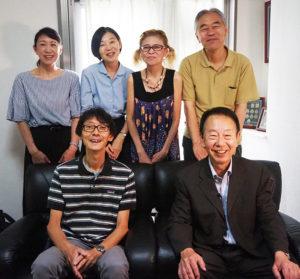 新横浜町内会・菊名地区連合町内会の金子清隆会長(前列右)にインタビューを実施した「わがまち港北映像プロジェクト」の皆さん(2019年8月27日)