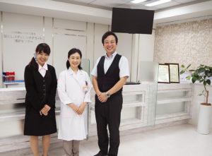 地下鉄ブルーライン新横浜駅の8番出口からすぐ、JR新横浜駅北口から徒歩6分の「新横浜メディカルサテライト」に新たに佐藤加奈子院長(中央)が就任。社員・スタッフとのコミュニケーションもより深めていきたいという