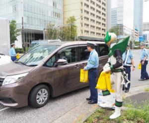 太尾新道入口交差点近く、環状2号線の上下線で梨の配布が行われた