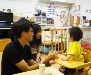 初めての「離乳食体験」に笑顔が(9月24日)
