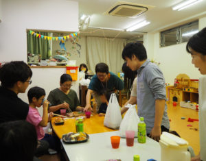 各自持ち寄った夕飯を囲み、和気あいあいとした雰囲気に(9月24日)