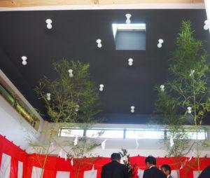 舞殿の天井には、幻想的なLED電球を配す。中央上部の天窓は、「空の連想。神様に包まれているイメージ」と、設計デザインを担当した平沼さん