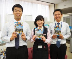 職員自らが取材を行い、お店を紹介している。右が元久副支店長(新横浜支店で)