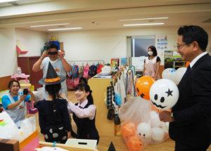 地元金融機関が保育園をサプライズ訪問で園児たちもびっくり。「ハロウィン」関連の手作り品などがプレゼントされた(横浜保育室キッズラディ、2019年10月30日)