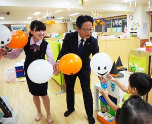 「ハロウィン」デザインの風船にも園児たちは大喜び(同)