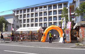 宮内新横浜線沿いにあるマルナカグループ。地元・新羽の自治会町内会も参加するなど、地域に根差したイベントとして認知されている(過去開催時、主催者提供)