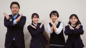 詐欺被害をストップ!のポーズで、今回、録音した音声の編集にトライする港北署の櫻井さん、アナウンスに挑戦した茂木さん、池田さん、藤代さん(写真左から)