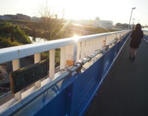 港北高校生も通学で利用する「新羽人道橋」(新羽橋と並行し架設)に、同高校書道部員4人の文字を使用し作成された橋名板(銘板)が設置されることになった(2019年11月)