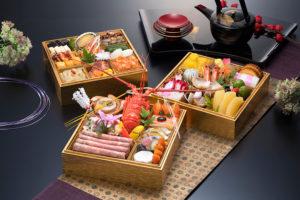 新横浜グレイスホテル「令和」最初のおせち料理は、令和の典拠となった「万葉集」から選んだ食材を盛り込んだ和洋中三段重のおせち「恵比寿」(写真)など、計4種類にアレンジ(同ホテルのサイトより)
