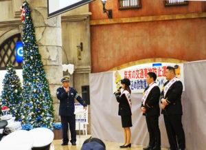 港北警察署交通課の堀井健(たけし)さんが巧みな話術で司会進行。ながら運転で罰則があす(2019年12月1日)から強化されることなどの注意喚起も