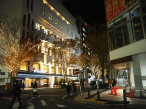 今年も新横浜グレイスホテルを彩るイルミネーション点灯式が行われた。右側が同ホテル専用駐車場もオープンした新横浜KTビル(12月3日18時50分頃)