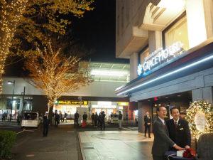 点灯のスイッチを押した瞬間、光と笑顔に包まれた新横浜町内会・金子会長(左)と岩井総支配人(12月3日18時45分頃)