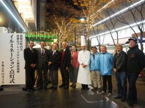 イルミネーション点灯式に臨んだ新横浜町内会・新横浜グレイスホテルの皆さん。今年も約1万6千個ものLED電球が輝いている(12月3日19時30分頃)