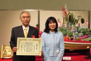 「港北区の魅力発信」ジャンルのアドバイザー・平井誠二さん(左)は、今年(2020年)の港北区新年賀詞交換会で港北区民表彰を受けた。栗田るみ港北区長と(1月5日)