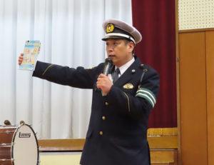 児童に配布した「みんなのサイクルルールブックよこはま」を各家庭で見てもらえたらと港北署交通課の堀井さん