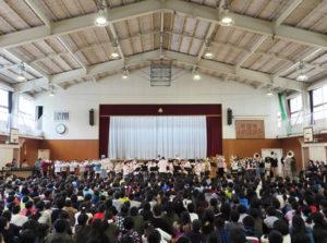 県警音楽隊と小机小学校マーチングバンドの夢の共演。中西恵美子教諭は9年間にわたり子どもたちを全国レベルに引き上げる指導を行ってきた