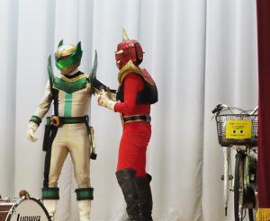 """ご当地ヒーロー「スター・ジャン」(左)は、自転車のマナーを守らない悪役「ブラックスター」を""""やっつける""""シーンも"""