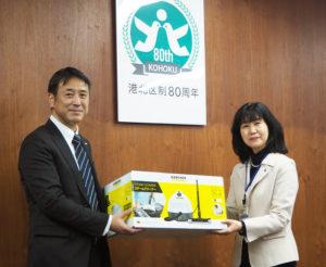 ケルヒャー ジャパンから港北区内全31カ所の学童保育に「スチームクリーナー」が寄贈された。同社マーケティング部の朝喜部長(左)、栗田区長