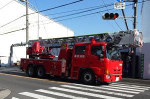 新綱島駅(仮称)前を走り抜けるはしご車