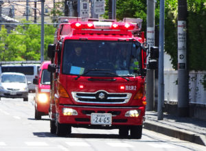 師岡町を疾走する港北消防署の消防車