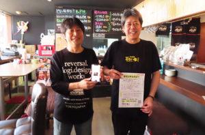 「新横浜テイクアウト&デリバリー店舗一覧」サイトを立ち上げた矢野さん(左)、「串かつ どない家」代表の久惠(きゅうえ)さん(同店にて)