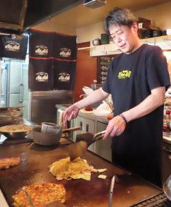 久惠さんのふるさと・大阪名物の串揚げや串カツ、お好み焼きを味わえる。関西風にプロが焼いて提供するスタイル。焼きそばの麺も大阪らしく太麺をゆで上げたものを使用。ソースも大阪直送とのこと