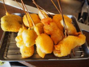 「串かつ10本盛」では、牛肉や豚肉、豚バラえのきやアスパラ、なす、玉ねぎやししとう、紅しょうがや長芋、れんこんなどの野菜をたっぷり味わえる