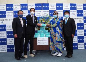 この日を最後に移転する横浜市会棟で行われたマスク寄贈式。左から佐藤さん、翁さん、ゾマホンさん、NPO法人IFE(イフェ)代表理事の山道昌幸さん