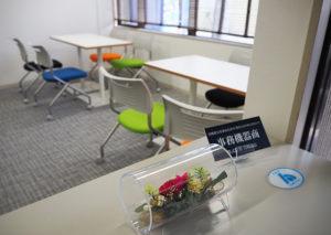 エントランスでは、カラフルな椅子が印象的な受付ブースが出迎える