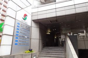 佐伯さんが事務所を構えるシルバービルはF・マリノス通り沿い、横浜駅前公園や少年野球場にも近い場所にある