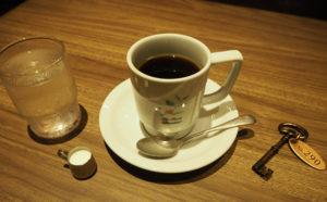スペシャルティコーヒー豆を使用し、ハンドドリップで丁寧に抽出した「最高の一杯」を提供したいという。席でオーダーを行い、精算は「鍵」をレジに持参する
