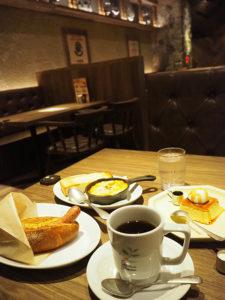 午前11時まではトーストモーニング(500円より・いずれも税込・ドリンク付き)とスイーツを提供。「3種チーズのあつあつグラタン」(600円・左奥)が担当者のおすすめ。「ドトールコーヒー」でもおなじみ・ジャーマンドッグをグレードアップした「ドトールドッグ」のセット(同・左)も