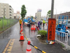 時折激しい雨も降る中、工事は継続。歩行者道路は通行可能となっていました(11時30分ごろ撮影)